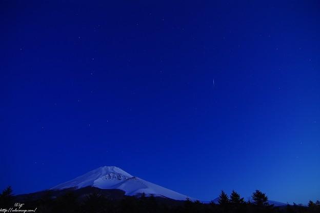 富士の頭上に輝く北斗七星、そしてブルーアワー(薄明)に…そのとき流れ星が…