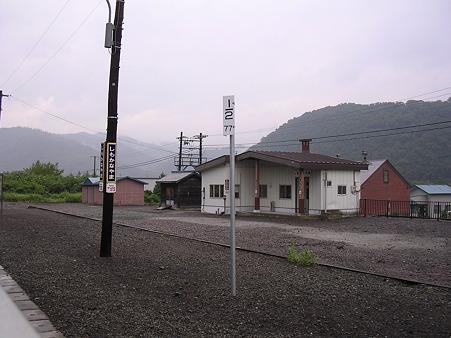 下金山駅ホームと駅舎