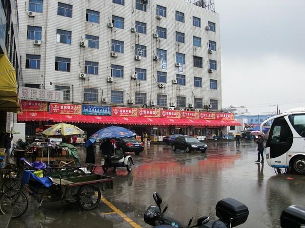 柯橋のバス停前の食堂街
