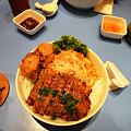 茂名路 越南料理の肉と春巻きとフォーの丼を上から