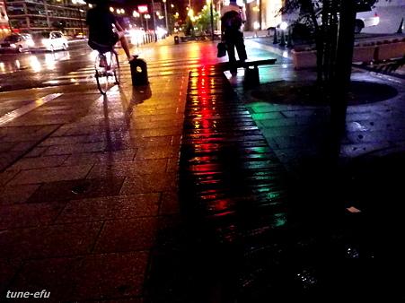 雨・濡れるベンチ