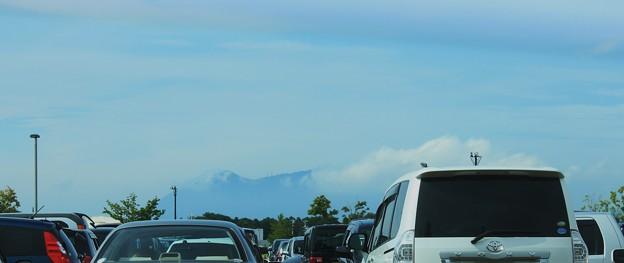 雲間に顔をだす筑波の峰
