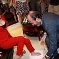 写真: 妖艶『柳岩』妖艶衣服で靴をあつらえ・・・(笑) (1)