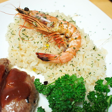 エビピラフっぽい炊き込みご飯とハンバーグと庭で摘んだパセリ