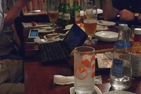 テーブルをまたぐE所長のVAIO Pシリーズ。実は偶然会った