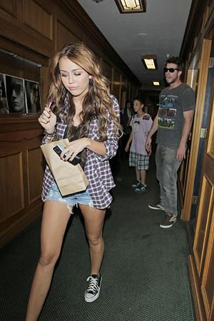 Miley+Cyrus+boyfriend+Liam+Hemsworth+both+qbSm-DsE1Pxl