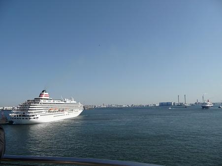 100322-大桟橋 客船2隻 (86)