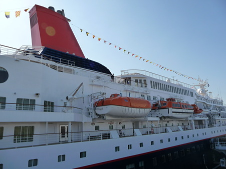 100322-大桟橋 客船2隻 (121)
