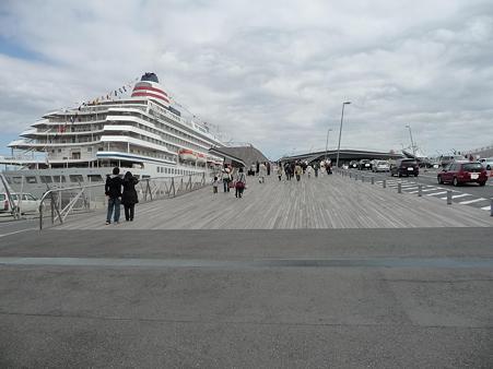 100322-大桟橋 客船2隻 (146)
