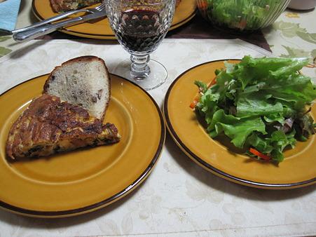 オムレツとパンとサラダとワイン。それだけでいい。