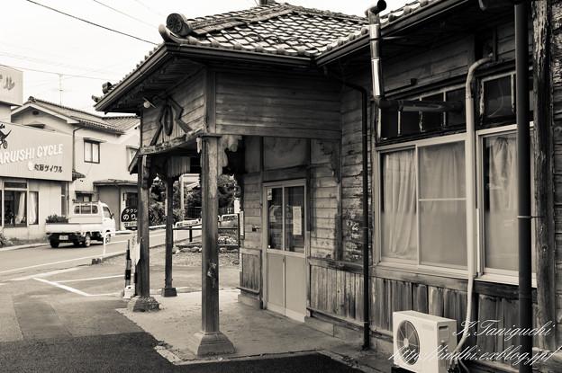Photos: 新村駅 NEX-5+SEL30M35