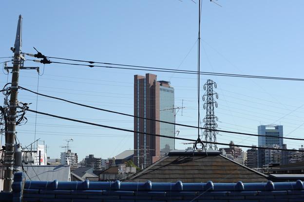Photos: 民家の屋根越しに見る