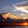 赤と黒のブルーす 「夕焼けを思い出に往くマニラ湾」