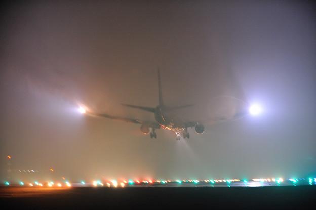 雨、高松空港 B767