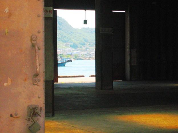 初夏の埠頭大倉庫に涼風抜ける
